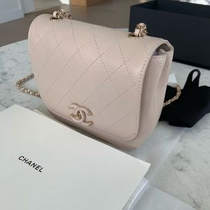 BNIB 2019 Chanel Flap Bag crossbody in Light Gray!